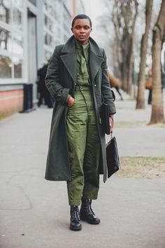 Street style em Paris: fashionistas dão xeque-mate no frio - Vogue | Streetstyle