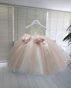 Ultra luxe Dazzling kids couture powder pink floral gown : To put it mildly there is no event where she won't be the belle of the ball. Get the look at slay My Bambini slaymybambini slay slaylebrity slaynetwork kidscouture powderpink powderpinkgirlsdress Pink Flower Girl Dresses, Baby Girl Party Dresses, Birthday Dresses, Little Girl Dresses, Kids Frocks, Frocks For Girls, Gowns For Girls, Girls Dresses, Kids Gown