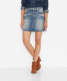 Levis® bringt Sonnenschein ans Bein  hier mit dem Icons Skirt, einem Jeans-Rock im 5 Pocket-Look aus 100% Baumwolle. Material, Schnitt und Finish verbinden den lässigen Auftritt mit femininem Touch  nicht nur im Hochsommer, sondern immer, wenn seine Trägerin es will. Prädikat: Ansehen, Anziehen, Lieben!...