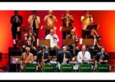 Em 1973 a cidade de São Paulo foi surpreendida pelo aparecimento de uma orquestra muito diferente de tudo o que existia na época. Na contramão das grandes orquestras de baile lideradas por Silvio Mazzuca, Luiz Arruda Paes, Erlon Chaves e outros maestros, essa orquestra não tocava para dançar, não tinha cantores, e tocava um repertório exclusivamente instrumental, mesclando jazz e música brasileira. A Big Band de Nelson Ayres se apresentou toda segunda-feira durante sete anos, abrindo o…