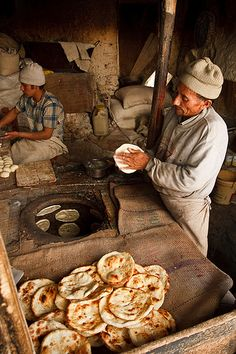 A bakery in Leh, Ladakh by Kelly Cheng. Afghanistan Food, Turkey Culture, Tandoor Oven, Gourmet Recipes, Healthy Recipes, Healthy Food, Bread Art, Viet Food, Our Daily Bread