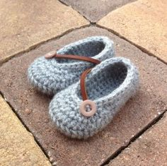 Free crochet pattern for Ezra Gray baby shoes by Bellus Threads