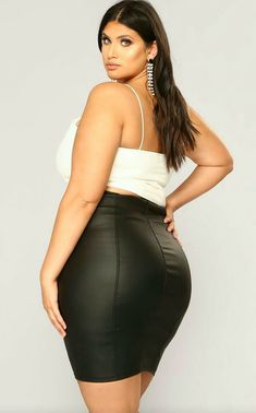 Ribbed Crop Top, Curvy Models, Plus Size Model, Sexy Curves, Pretty Woman, Pretty Dresses, Plus Size Fashion, Leather Skirt, High Waisted Skirt