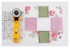 Com o cortador, recorte o quadrado ao meio 2 vezes, assim como mostra a imagem.