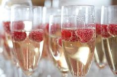 A simple glass of champagne is the perfect drink at a spring wedding. Delicate and light!