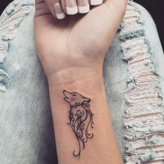 Most popular tattoos, small tattoo with wolf motif on hand .- Beliebteste Tattoos, kleines Tattoo mit Wolfsmotiv am Handgelenk Most popular tattoos, small tattoo with wolf motif on the wrist - Wolf Tattoos For Women, Tattoo Designs For Women, Tattoos For Women Small, Tattoos For Guys, Tattoo Designs Wrist, Cool Girl Tattoos, Tattoo Girls, Sleeve Designs, Small Wrist Tattoos