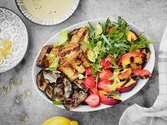 Grillattu kylmäsavutofu antaa kesäiseen kasvisruokaan ihanan savuisen maun ja tekee salaatista maukkaan ja ruokaisan.