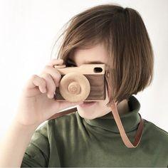 A fotografiar la vida bella! Guarda cada momento con tu peque que el tiempo vuela y además de verdad. Para amantes de la fotografía como juguete o como artículo decorativo está camarita de madera es total. Encuéntrala en nuestra shop! #punpuila #punpuilashop #mamaprimeriza #embarazo #bebemolon #babyshower #embarazadafeliz #mamismolonas #juguetesdemadera #naturalbabies #camara #fotosfotos #bebefotografo