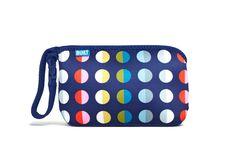 Bolso de mano azul con lunares multicolor