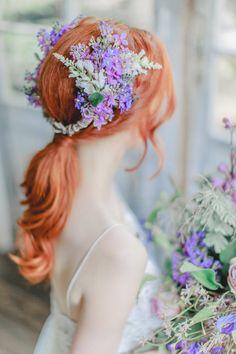 Lila Hochzeitsinspiration | Friedatheres.com Purple Wedding, Wedding Flowers, Flower Crown, Headpiece, Different Colors, Centerpieces, Bouquet, Fine Art, Bridal