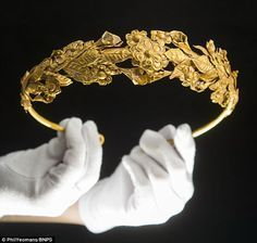 Incredibly rare Ancient Greek crown found under bed Rare Ancient Greek gold crown was kept for decades in box of newspapers under bed Greek Jewelry, Royal Jewelry, Tiffany Jewelry, Gold Jewelry, Cz Jewellery, Pendant Jewelry, Ancient Jewelry, Antique Jewelry, Vintage Jewelry
