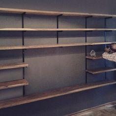 : : Instalando Biblioteca : Charly de SACHA : Madera Peteriby & Hierro : : Muebles y diseños a medida. Black Metal Shelf, Deco, Decor, Bookcase, Home Etc, Home, Home Diy, Home Decor, Metal Shelves