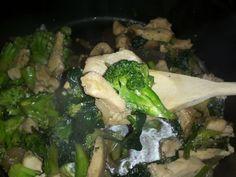 Pollo con brócoli y espinacas. Aquí la receta: www.recomelona.wordpress.com