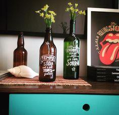 Garrafas decorativas- Garrafa de vinho ou cerveja + Canetas Posca. Simples assim.
