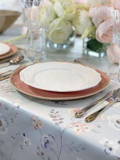Spring means embracing the charm of pastel colour palettes, alfresco settings, and overflowing florals. Put all of these elements together and you get a tablescape that can only mean that warm/outdoor weather is upon us. Floral Centerpieces, Floral Arrangements, Pastel Colour Palette, Colour Palettes, How To Get Warm, Blooming Flowers, Pretty Pastel, Tablescapes, Plates