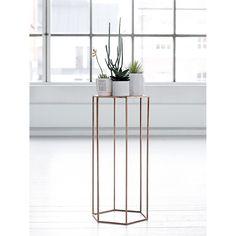 Plinth sidebord fra Bloomingville. Et nett og stilig bord med enkel design og produsert av stål...