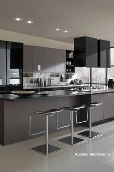 Cuisine en brun et noir, bar | Dark Brown and black Kitchen | LUSOGAL