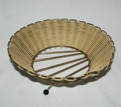 Superb-vintage-retro-50s-60s-woven-wicker-bowl-gilt-metal-3-atomic-gumball-feet