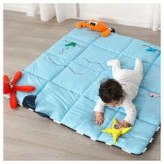 KLAPPA Play mat, Play is a way for your baby to develop their senses and interaction with you and the world. With this play mat from the KLAPPA toys collection, we want to stimulate this important journey of discovery. Snuggle Blanket, Newborn Toys, Baby Sewing Projects, Baby Gym, Baby Baby, Small Baby, Floor Mats, Baby Quilts, Babies