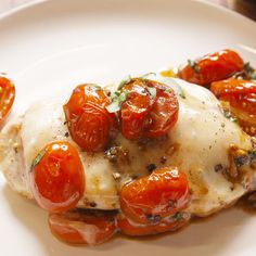 Quick, easy, delicious Caprese Chicken -- Tomatoes cooked in balsamic vinegar are the perfect sweet-tart compliment to this cheesy chicken. Turkey Dishes, Turkey Recipes, Meat Recipes, Chicken Recipes, Dinner Recipes, Cooking Recipes, Healthy Recipes, Recipies, Poulet Caprese