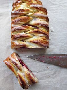 Strudel danés de queso y frambuesas {Deseo} Strudel, French Toast, Breakfast, Food, Spices And Herbs, Raspberries, Flaky Pastry, Sweet Recipes, Egg Yolks