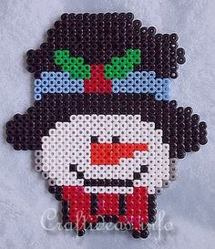 Christmas snowman perler fuse beads - Pattern: https://www.pinterest.com/pin/374291419006542492/