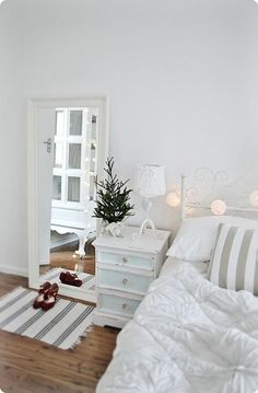 An elegant white bedroom with just a hint of Christmas | Colours of Christmas | White