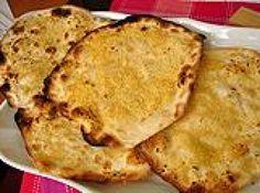 Receita de Crostata - • 500g de farinha de trigo, • 1 e 1/2 xícara (chá) de água (aproximadamente), • 1 colher (sopa) de sal, • 1 colher (sopa) de açúcar, • 2 colheres (sopa) de alho picadinho, • 1 pacote de queijo parmesão
