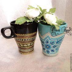 Dot art on mugs Bottle Painting, Bottle Art, Painted Cups, Dot Art Painting, Pointillism, Henna Patterns, Henna Art, Craft Stick Crafts, Arts And Crafts