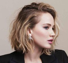 Find images and videos about Jennifer Lawrence and short hair on We Heart It - the app to get lost in what you love. Cabelo Jennifer Lawrence, Jennifer Lawrence Short Hair, Pretty Hairstyles, Bob Hairstyles, Bob Haircuts, Hair Inspo, Hair Inspiration, Unordentlicher Bob, Jennifer Laurence