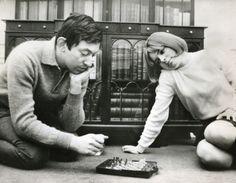 Serge Gainsbourg et France Gall jouant aux échecs ChessBaron.co.uk ships internationally