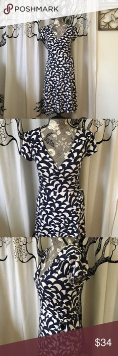 """Boden Soft Graphic Wrap Dress SZ US 4 Like new super soft Boden wrap dress in a super cute navy and white print. True wrap dress. Short sleeves. Soft viscose/elastane with all the quality and comfort you expect from Boden. Zero flaws, wash wear, or fading. SZ US 4. May fit a small SZ 6. 18"""" B, 14.5"""" W, 38"""" L. Toss a sweater on when it's cool or wear this beauty on its own when it's warm! Boden Dresses"""