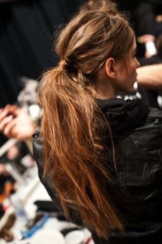 Messy hairstyle,itself defines carefree attitude with lot of versatility in terms of fashion and style. Here we have simple guide to a messy ponytail. Here you will also get step by step video tutorial on how to make Messy ponytail in Perfect Ponytail, Messy Ponytail, Ponytail Hairstyles, Pretty Hairstyles, Style Hairstyle, Casual Hairstyles, Summer Ponytail, Stylish Ponytail, Updo Hairstyle
