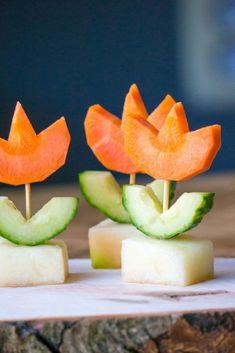 Is jouw kind in de lente jarig en ben je op zoek naar een leuke bloemen traktatie. Deze snack tulpen zijn een gezonde traktatie voor kinderen. Bestaand uit wortel en komkommer en optioneel kaas of een stukje meloen. Zien ze er niet leuk uit! Food Art For Kids, Fun Snacks For Kids, Kids Meals, Healty Lunches, Healthy Snacks, Childrens Meals, Classroom Treats, Edible Crafts, Pureed Food Recipes