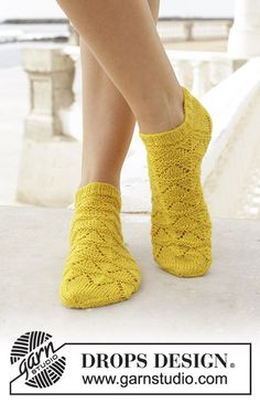Sun dance / DROPS - free knitting patterns by DROPS design Knitted socks with lace pattern. Sizes 35 - Worked in DROPS flora. Always aspired to discover ways to knit, although. Knitted Socks Free Pattern, Knitting Socks, Knitting Patterns Free, Free Knitting, Knit Socks, Drops Design, Lace Patterns, Crochet Patterns, Magazine Drops