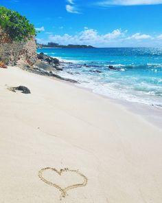 Greetings from paradise.  Vaikka olen luonteeltani seikkailija olen kaivannut tällaista lomaa. Makoilua terassilla meressä uimista päiviä jolloin ei tarvitse tehdä mitään. Kaiken lisäksi Ranskan puoli on täynnä ranskalaisia ravintoloita ja kauppoja: hyvää ruokaa kohtuuhintaan. Täydellistä. (via Instagram)