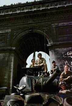 U.S.tanks under the Arc de Triomphe in Paris during liberation celebrations, August1944.