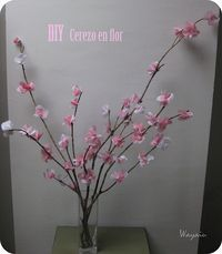 Cerezo en flor con ramas y papel de seda