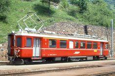 RhB - ABe 4/4 502 am 26.05.1989 in Filisur - Stammnetztriebwagen - Übernahme 11.12.1939 - SWS/MFO/BBC/RhB - 440 KW - Fahrzeugewicht 40,00t - 1./2.Klasse Sitzpltze 12/28 - LüP 18,00m - zulässige Geschwindigkeit 70 km/h - ®3=20.05.1983 - Logo nur RhB. Lebenslauf: ex BCe 4/4 502 - 1956 ABe 4/4 502 - 01/2000a - 08/2002 Abbruch, Hinweis: gescanntes Dia