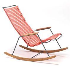Koraalkleurige schommelstoel met bamboehouten armleuningen. Mooi design! #rockingchair #garden