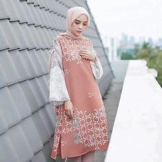 Islamic Fashion, Muslim Fashion, Hijab Fashion, Fashion Outfits, Blouse Batik Modern, Batik Muslim, Dress Batik Kombinasi, Modele Hijab, Batik Fashion