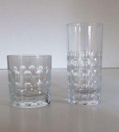Bicchieri in cristallo lavorato pois. Basso.( disponibili 20 pezzi) H.cm.9,5xdiametro8. Alto.(disponibili 18 pezzi) H.cm.15xdiametro7.