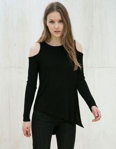 Camiseta canalé asimétrica hombro descubierto. Descubre ésta y muchas otras prendas en Bershka con nuevos productos cada semana