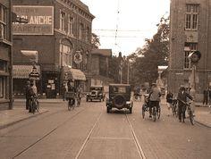 Het eerste verkeerslicht van Nederland: kruising Anna Paulownastraat/Laan van Meerdervoort. Bezien richting Vredespaleis.