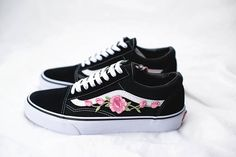 English:  Vans Old Skool Custom with Rose Embroidery  I got a lot of great feedback after posting my personal pair on instagram, so I decided to offer these out :)  You can choose between size EUR 34.5 -47.*  The price includes the Vans Old Skool + Rose Embroidery. The shoes are