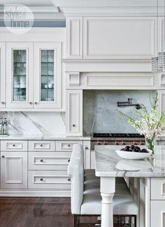 22 stunning Hamptons style kitchens and 9 specific design elements to help you create your own classically beautiful Hamptons kitchen. Image via Style at Home. Beautiful Kitchen Designs, Beautiful Kitchens, Kitchen Interior, Kitchen Decor, Kitchen Ideas, Kitchen Knobs, Design Kitchen, Home Interior, Diy Kitchen