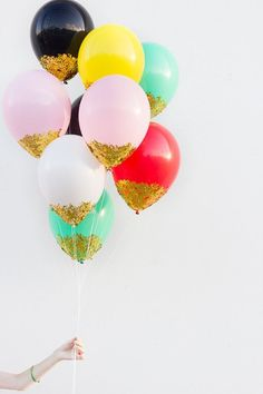 Easy bachelorette party decor idea - confetti + glitter dipped balloons {Courtesy of Studio DIY} Ballons Brilliantes, Confetti Dip, Confetti Balloons, White Balloons, Gold Confetti, Purple Balloons, Confetti Wall, Metallic Balloons, Diy Home