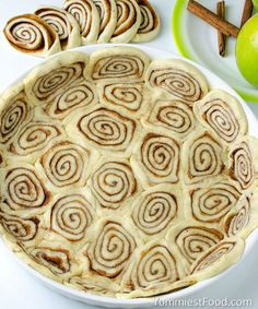 apple pie CINNAMON ROLL APPLE PIE - is perfect Thanksgiving treat. Combo of classic apple pie and yummy cinnamon rolls! Apple Pie Recipes, Apple Desserts, Köstliche Desserts, Fall Recipes, Delicious Desserts, Dessert Recipes, Yummy Food, Apple Cakes, Recipes Dinner