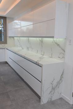 El modelo #dekton Aura Satinado es siempre una apuesta segura, aporta una impecable estética y lumínosidad en esta cocina. Para cotizar tu proyecto llámanos al 4652-7777 int 30 o envíanos un mail a ventas@mosaicosalvarez.com.ar . . #marmolesalvarez #mosaicosalvarez #diseño #dekton #dektonaura #cosentino #arquitectura #arquitecture #diseñodeinteriores #interiorstyle #desing #decoracion #cocinas #encimeras #kitchen  #atencionpersonalizada #desarrollosamedida #marmolesqueinspiran Grey Kitchen Designs, Luxury Kitchen Design, Kitchen Room Design, Home Room Design, Home Design Decor, Home Decor Kitchen, Modern House Design, Interior Design Kitchen, Home Kitchens