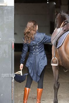 The Dublette, Expandable, Elegant Riding Jacket The Dublette, expandable rain jacket is an elegant, light weight and waterproof jacket. It is designed to expand over a back protector and/or bulky layers. Tää vois olla kiva, ratsasti tai ei...